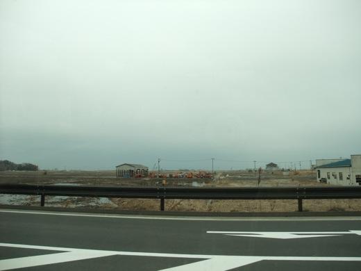 相馬市:倒壊した家と退かない水が広がる