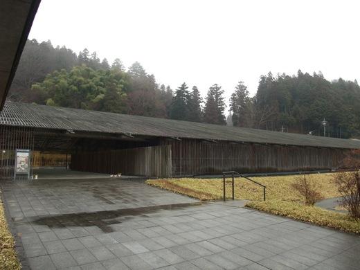 山の森林と調和する馬頭広重美術館の外観