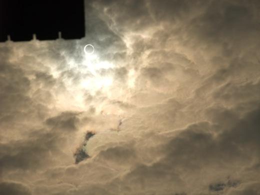 空に浮かぶ金環日食