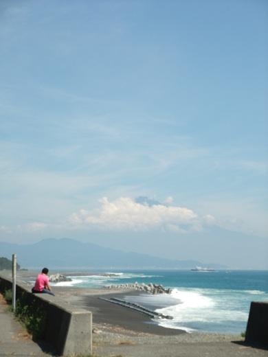 三保の松原より見る雲に隠れた夏の富士山