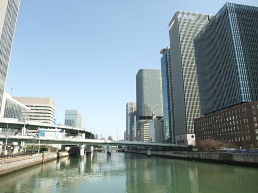大阪淀川沿いに立ち並ぶビル