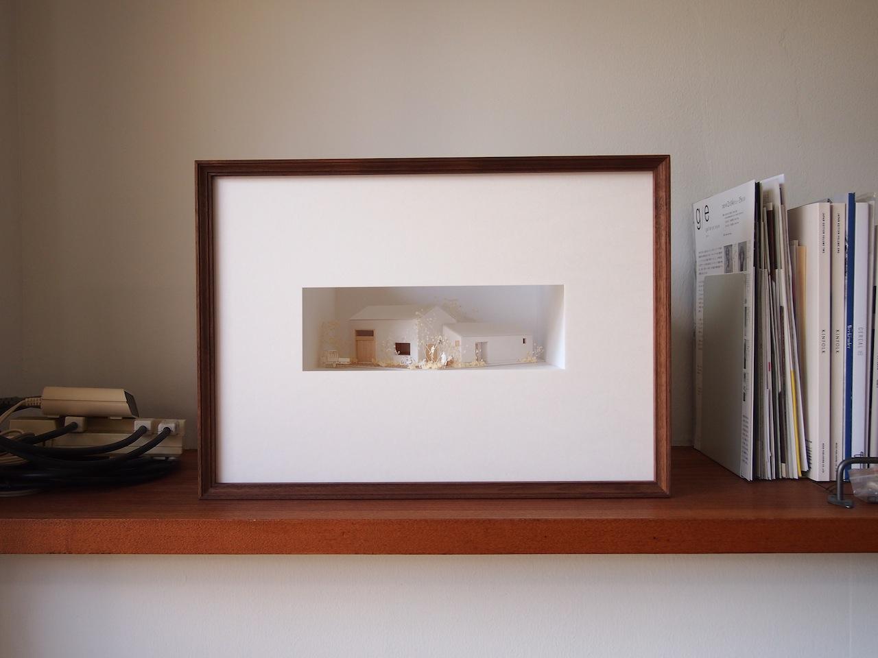 十字路に建つ作業室を持った小さな平屋の住宅