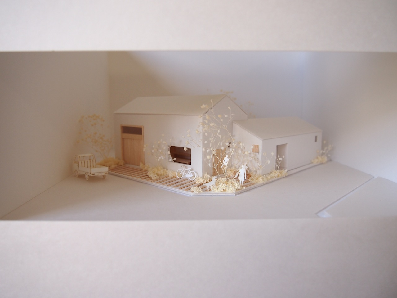 十字路に建つ作業室を持った小さな平屋の住宅02
