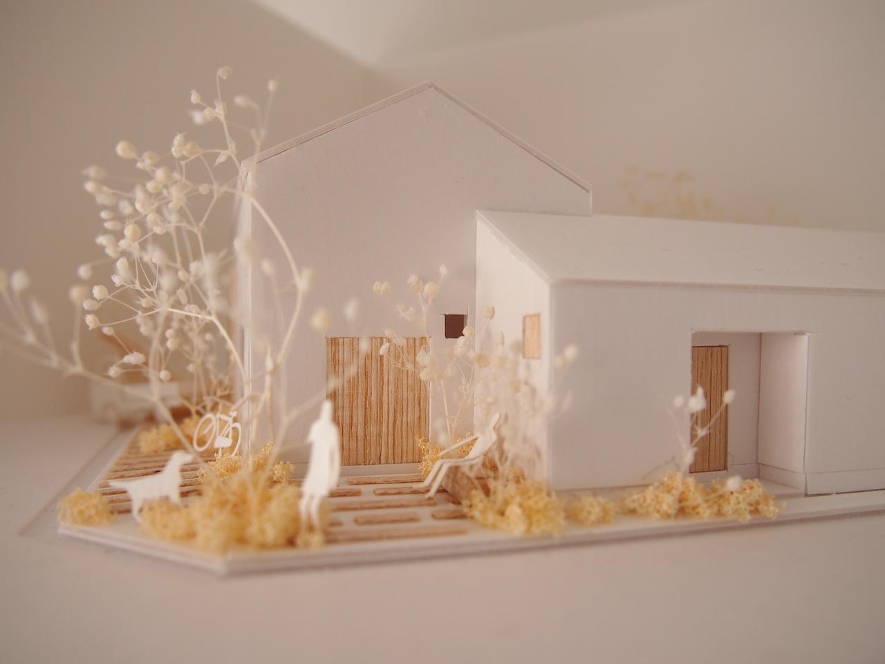 十字路に建つ作業室を持った小さな平屋の住宅05