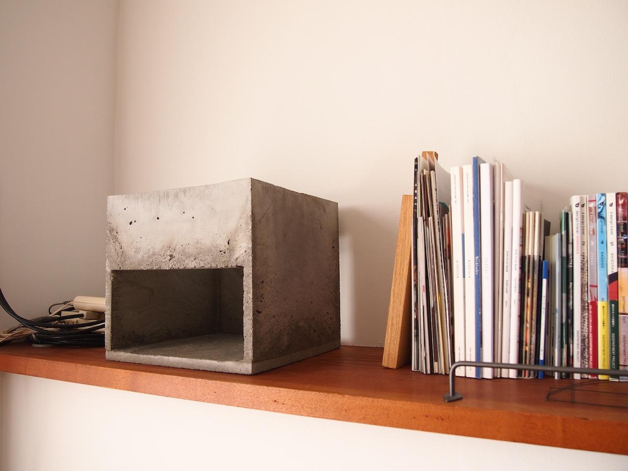 モルタルの箱と白い箱
